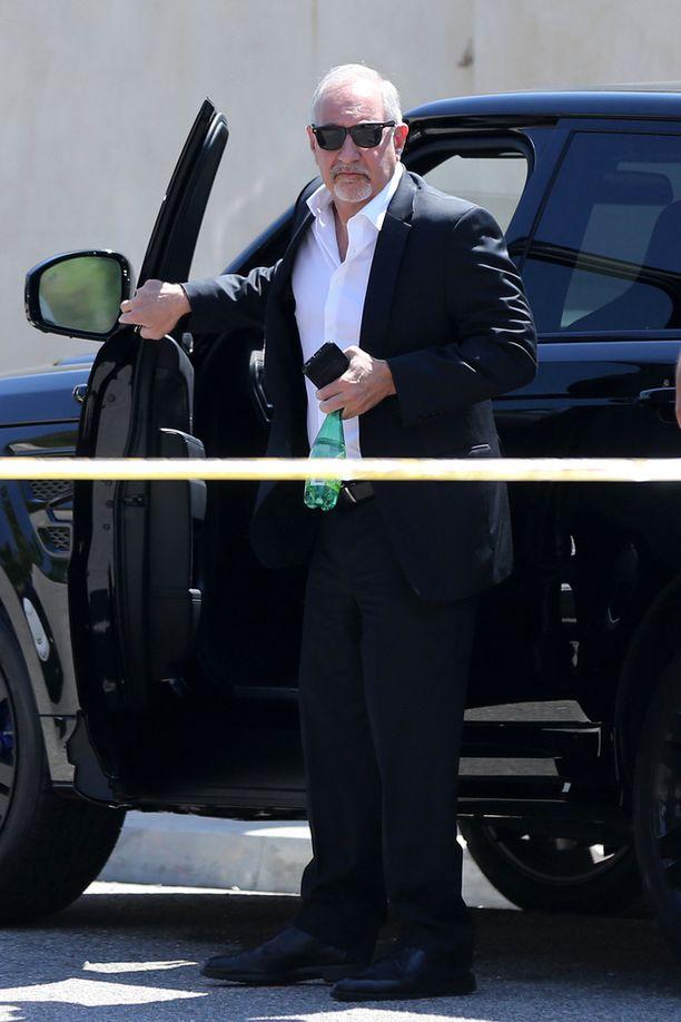 Brownin lakimies Mark Geragos saapui paikalle selvittämään tilannetta.