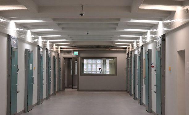 Helsingin vankilassa on tällä hetkellä noin 260 vankia. Vuodessa vankilan läpi kulkee noin 2000 vankia. Monella on taustallaan lyhyt väkivalta- tai huumerikostuomio. Kuvassa vastaremontoitu C-osasto.