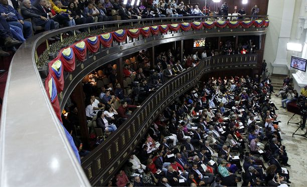 Venezuelan uudesta perustuslaista järjestetään kansanäänestys, lupailee perustuslakiehdotusta laatimaan perustettu edustajisto.