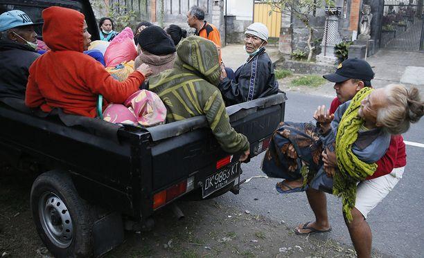 Jo yli 34 000 ihmistä on paennut Agungin lähialueilta.