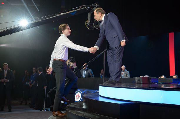 Ykköskierroksen varaukset, kuten Ville Heinola, saivat varaustilaisuudessa eniten huomiota ja pääsivät muun muassa kättelemään NHL:n komissaaria Gary Bettmania. Varauskierrokset 2–7 olivat enemmän liukuhihnatyöskentelyä.