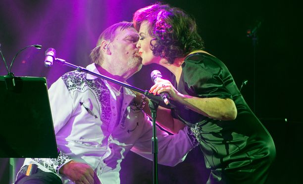 Vesa-Matti Loiri ja Paula Koivuniemi esittivät yhdessä muun muassa Sellaista elämä on -kappaleen.