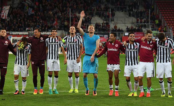Eintracht Frankfurt (keskellä Lukas Hradecky) juhlii voittoa Ingolstadtista.