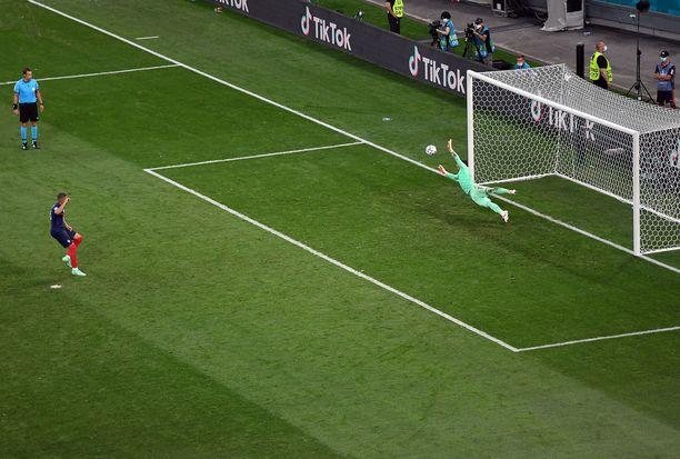 Kylian Mbappé epäonnistuu ratkaisevassa pilkussa. Maailmanmestarit tippuvat EM-kisoista.