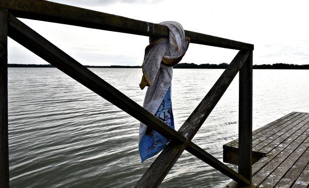 Nainen oli lähtenyt uimaan Laajarannasta kohti Vartiosaarta. Kuvituskuva.