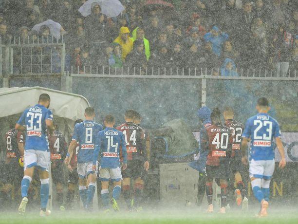 Genoan ja Napolin kohtaaminen keskeytyi sateen vuoksi.