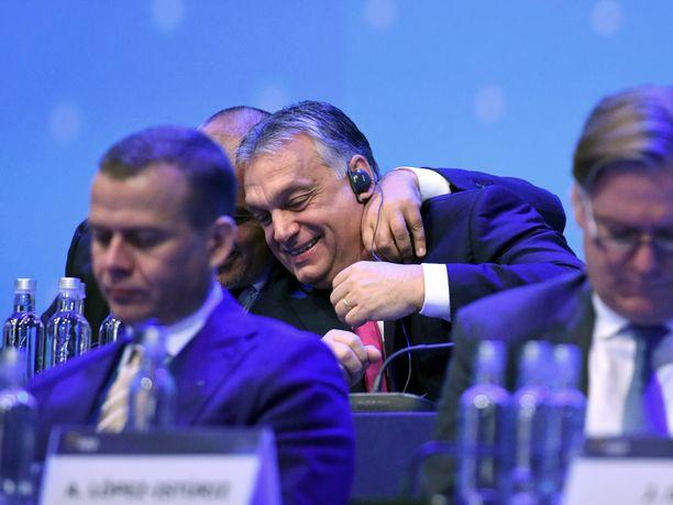 Unkarin pääministerillä Viktor Orbánilla oli välillä hauskaa esiintymiskorokkeen takarivillä vieressään istuneen Bulgarian pääministerin Boiko Borisovin kanssa. Suomen valtiovarainministeri Petteri Orpoa ei hymyilyttänyt.