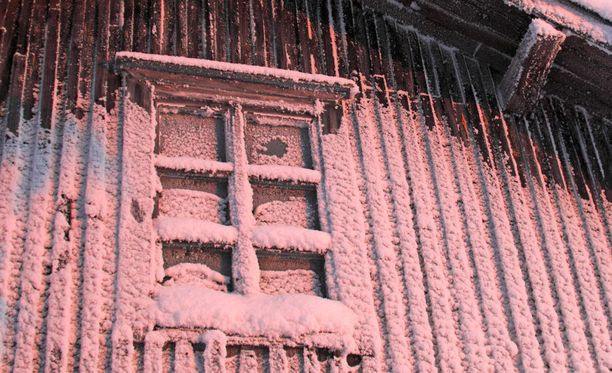 Unohdetut autiotalot peittyvät lumeen talvisin.