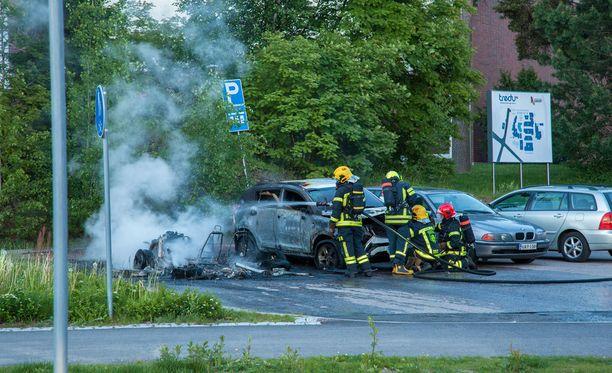 Tampereen seudun ammattiopiston parkkipaikalla tuleen roihahtanut mopoauto ja sen viereinen henkilöauto tuhoutuivat täysin.