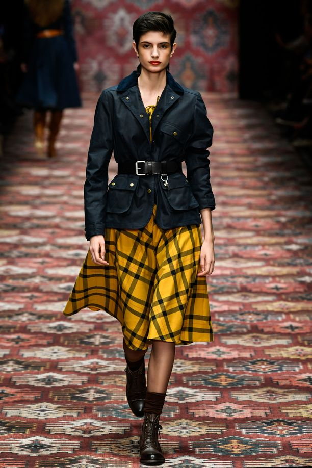 Ruutukuosi toimii myös näin. Berliiniläisbrändi Lena Hoschekin tummansävyisen malliston väripilkkuna toiminut juhlava mekko muuntuu takin kanssa puettuna rennommaksi hameeksi.