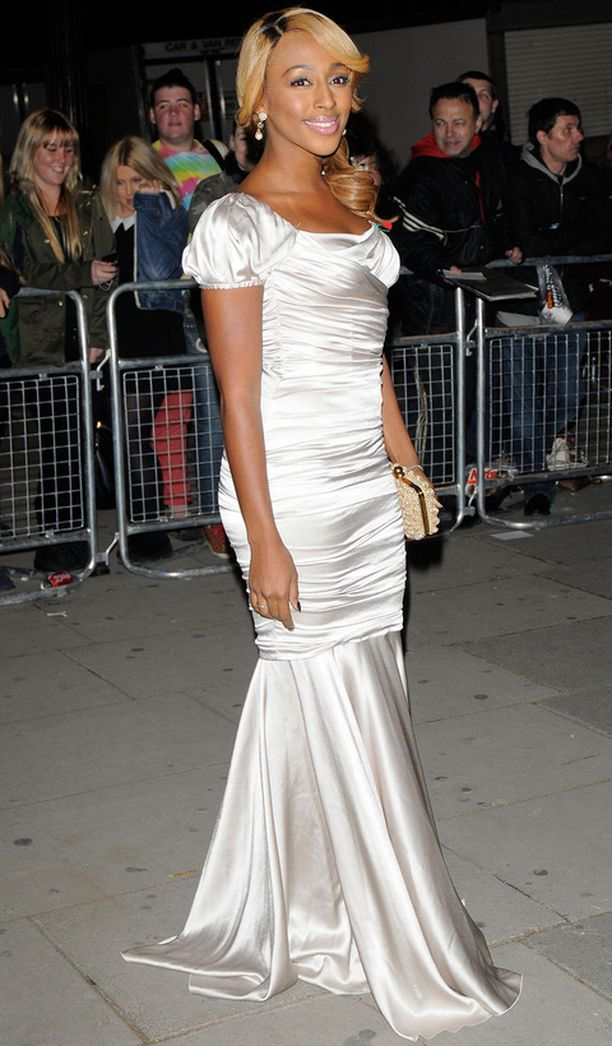 Alexandra Burken valkea iltapuvussa on kaunis helma.