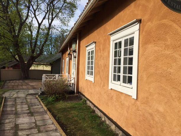 Loviisalainen ravintola Degerby Gille on yksi kohde, jossa Jona Hällfors kävi analysoimassa maalin väriä, pintaa ja laatua.
