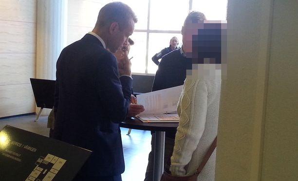 """""""Malmin nainen"""" neuvotteli asianajajansa kanssa oikeuden tauolla syyskuussa."""
