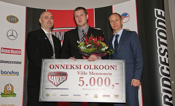 Kuvassa vasemmalta oikealle liikenne- ja viestintävaliokunnan puheenjohtaja, kansanedustaja Ari Jalonen (sin), palkittu sankari Ville Mensonen, ja Ammattina Sankari -kampanjan koordinaattori Jussi Huhta.