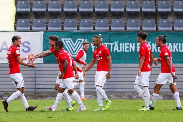 HIFK juhlimassa maalia Interiä vastaan.