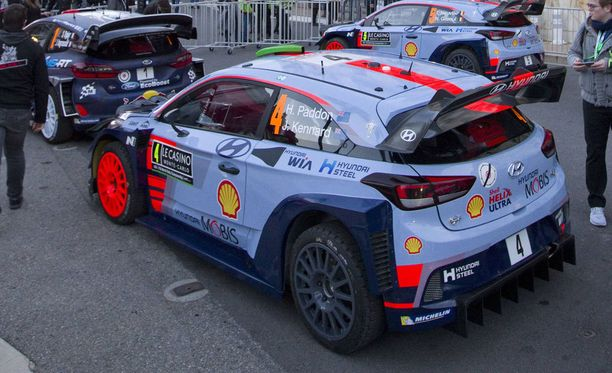 Hayden Paddonin ensimmäisellä erikoiskokeella ajama auto vedettiin pois kilpailusta.