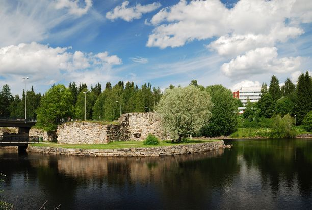 Kajaanin linnan raunioiden yli kulkee tie.