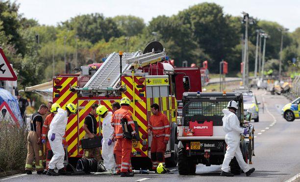 Viranomaiset raivasivat onnettomuusaluetta.