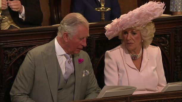 Pulpulpul. Charlesilla ja Camillalla riitti pölistävää jopa vihkivalojen aikana.