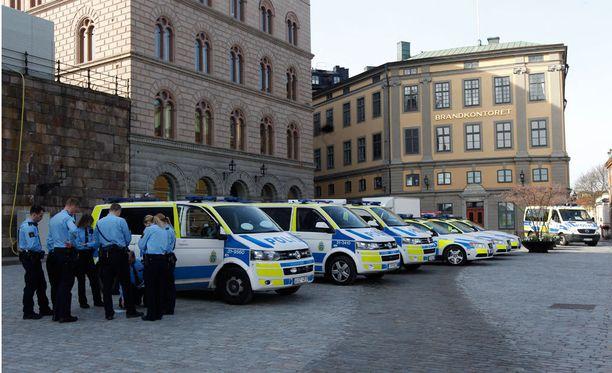 Kuninkaanlinnan ympäristössä on paljon poliiseja.
