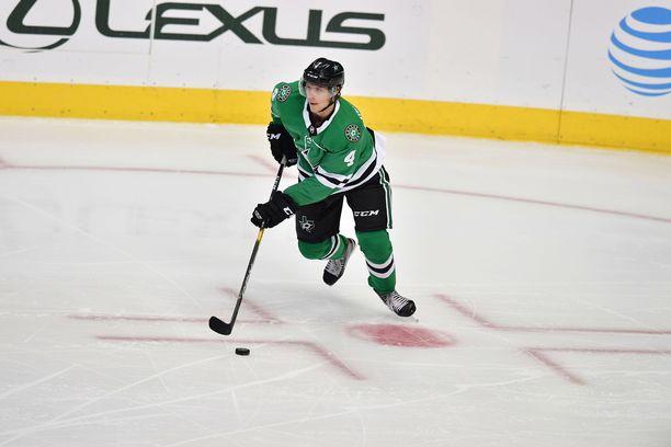 Miro Heiskanen pystyi käyttämään vahvuuksiaan NHL-debyytissään.