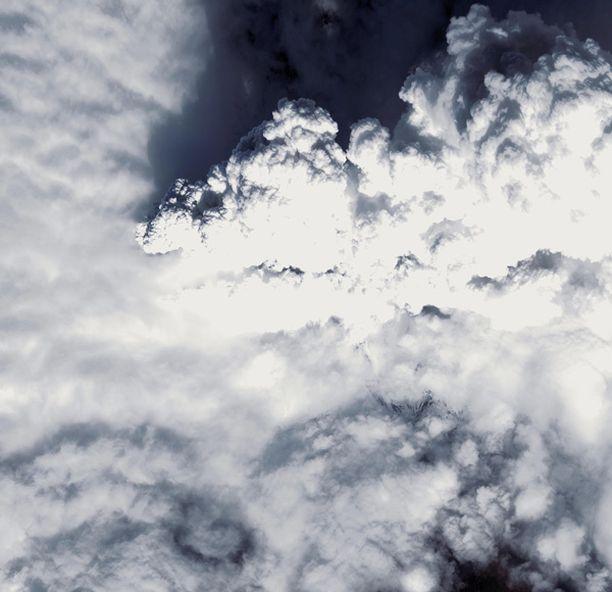 Satelliittikuvaa Islannin purkauksen taivaalle puskemasta savu- ja tuhkapatsaasta.