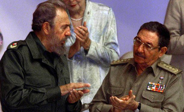 Fidel Castro Raul-veljensä kanssa vuonna 2001.