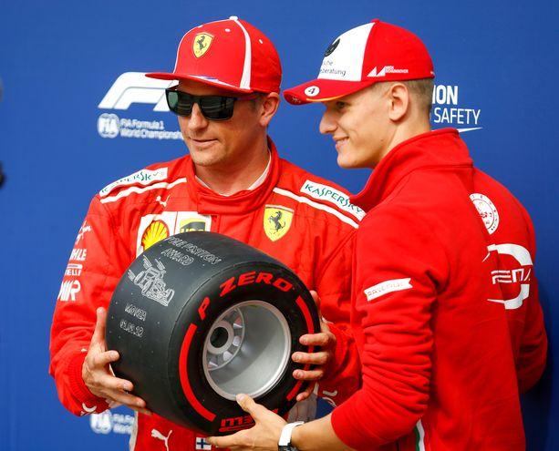 Kimi Räikkönen ja Ferrari-lupaus Mick Schumacher poseerasivat yhdessä Monzassa viime vuonna.