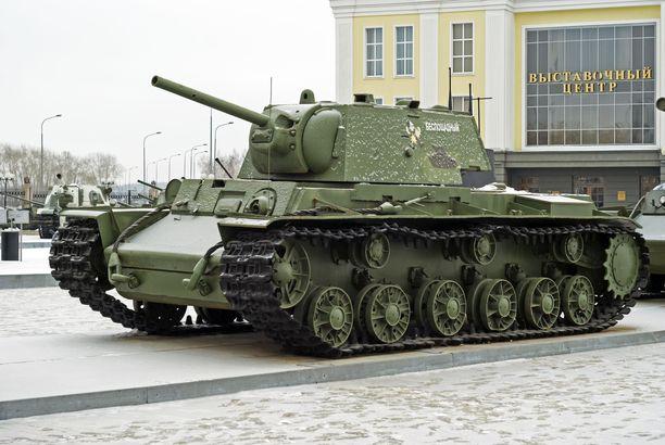 Raskas KV-I-neuvostopanssari sotakalustomuseossa Verhnjaja Pyshman kaupungissa Venäjällä.
