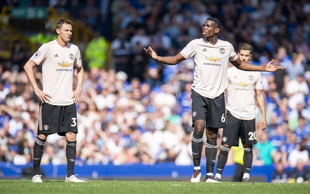 Manchester Unitedin supertähti Paul Pogba joutui levittelemään käsiään Goodison Parkilla.