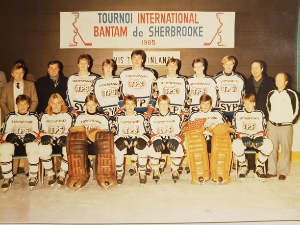 Vesa Viljainen erottuu TPS:n B-juniorien 1980-luvun joukkuekuvassa takarivissä keskellä muita pidempänä pelaajana.