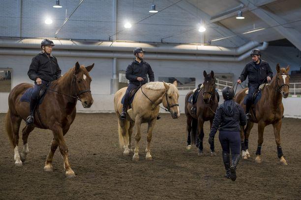 Ratsastuspoliisin talli sekä maneesi eli ratsastushalli sijaitse Helsingin Ruskeasuolla. Jokaisella kahdeksasta poliisihevosesta pyritään ratsastamaan kuutena päivänä viikossa.