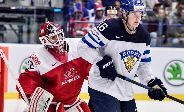 Aleksander Barkov yllätti Tanskan parhaan pelaajan Sebastian Dahmin komealla ohjurilla.