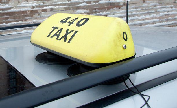 Taksikuskeista on yhä pulaa.