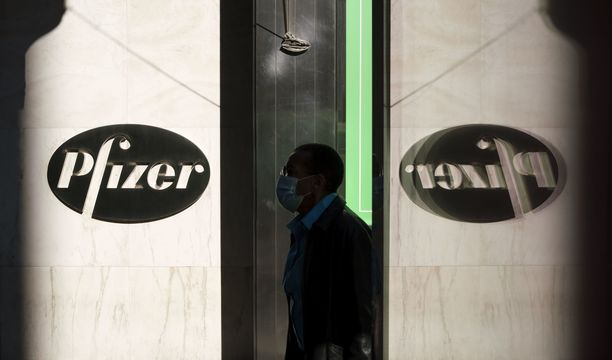 Lääkejätti Pfizer lupaa, että sen lupaamat 1,3 miljardia rokotetta tulevat valmistumaan ensi vuonna.