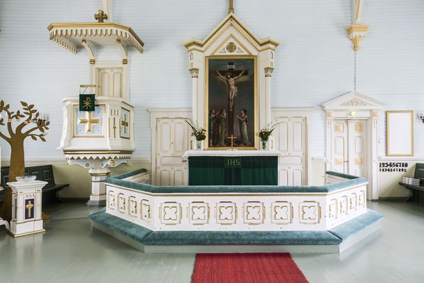 Kirkon alttaritauli sai jäädä ennalleen.