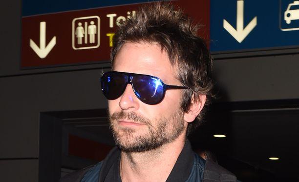 Bradley Cooper suuntasi Pariisin muotiviikoille eri seurueessa Naomi Campbellin kanssa.