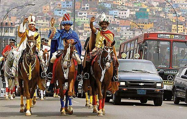 Kolme viisasta poliisia Perulaiset poliisit Juan Polo, Tomas Diaz ja Pablo Villa hämmästyttivät loppiaisena Liman asukkaita ratsastamalla pääkaupungin läpi kolmeksi viisaaksi tietäjäksi pukeutuneina. Rosvot pakenivat kolmikkoa varmasti kauhun vallassa.<br>