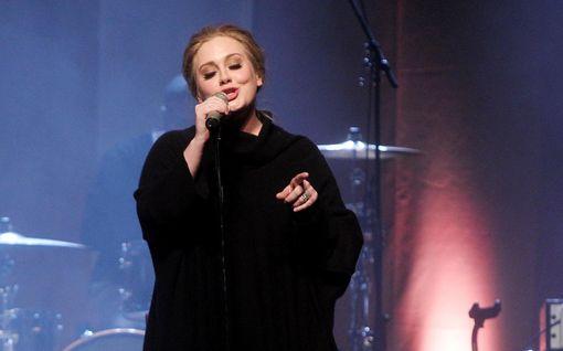 Adele erosi vuosi sitten – asuu edelleen exänsä naapurissa