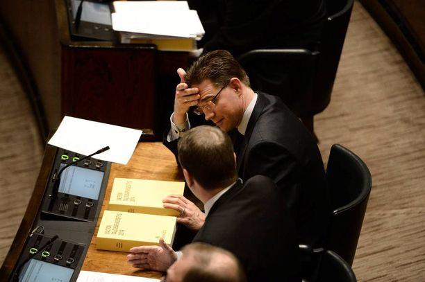 Pääministeri Jyrki Katainen (kok) kehui Fortumin sähköverkkojen myyntiä joulukuussa 2013.