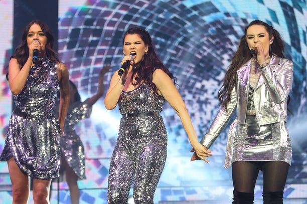 Välillä X Factor -kisaajat esiintyivät yhdessä. Saaran kanssa lavalla Sam Lavery ja Emily Middlemas.