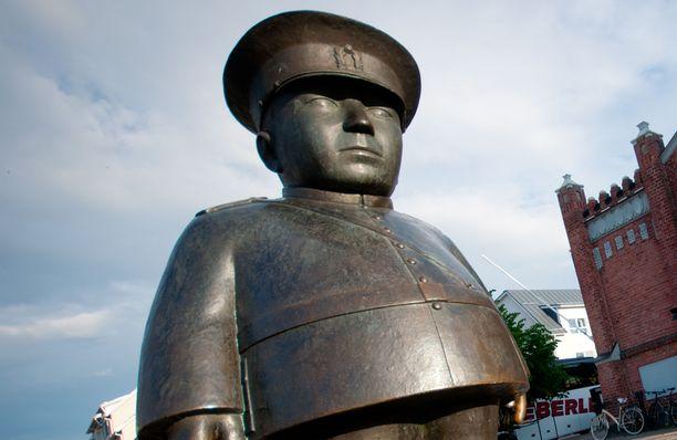 Toripoliisi-patsas Oulussa. Kuvituskuva.