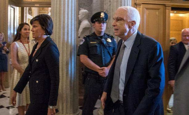 Äänestykseen osallistui myös sairauslomaltaan paikalle saapunut republikaanisenaattori John McCain, jolla todettiin äskettäin glioblastoomana tunnettu aivokasvain.