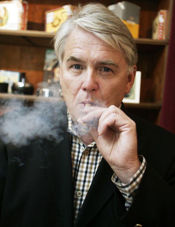 KÄRY KÄY Lasse Lehtinen itse ei polta savukkeita, mutta sikari miehelle maistuu.