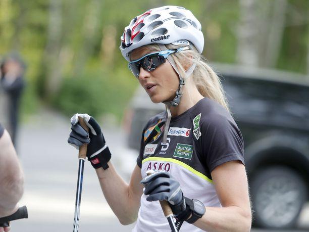 Therese Johaug treenasi tiistaina yhdessä Norjan hiihtomaajoukkueen kanssa rullasuksilla.