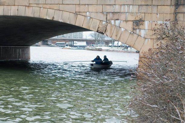 Neuvokkaat pelastajat menivät paikalle soutuveneellä, ja sen ansiosta sukeltaja löysi vajonneen miehen nopeasti.