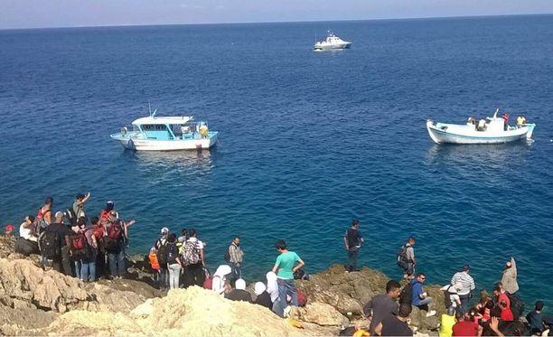 Autiolle kalliosaarelle jätetyt ihmiset odottivat Kreikan viranomaisia apuun.