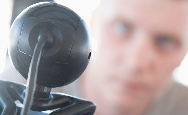 Oulun seudulta kotoisin oleva mies houkutteli koulutyttöjä kuvaamaan itseään web-kameralla. Muutaman kerran hän onnistui aikeessaan.