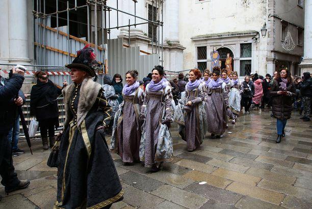 Karnevaalien avajaisiin kuuluu perinteinen kahdentoista kauniin tytön kulkue. Sillä muistellaan vuonna 973 tapahtunutta nuorten tyttöjen sieppausta.