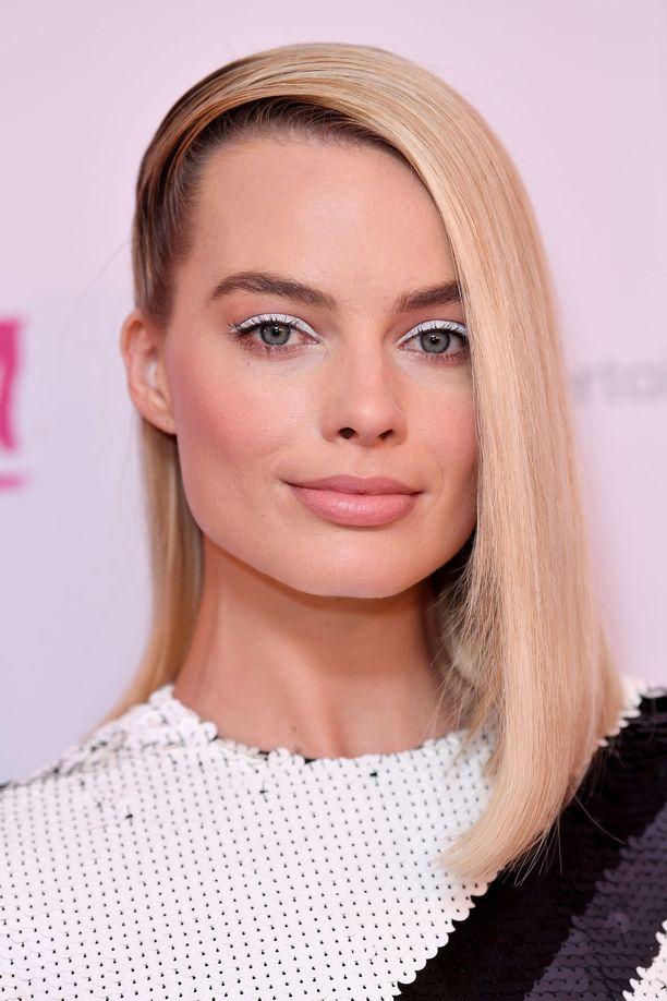 Tykkäämme myös tästä Margotin lookista! Valkoinen rajaus yläluomella on moderni, simppeli ja tehokas meikkilook.